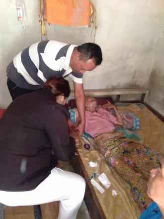 Perbekel Bersama Bidan Desa Mengecek Warga yang sakit